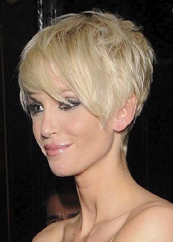 Coupe de cheveux courte pour femme blonde