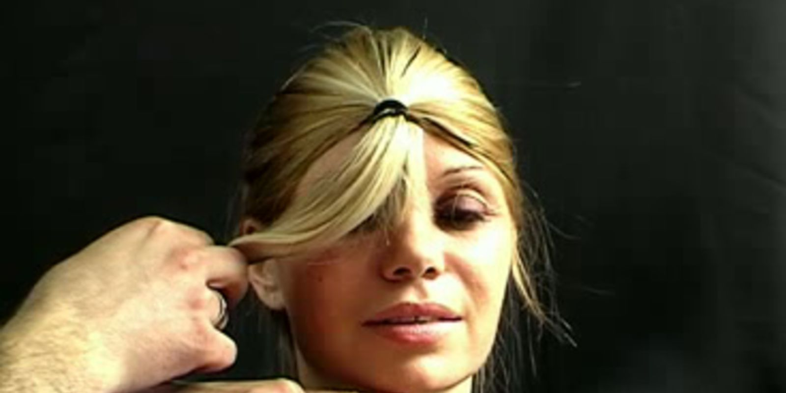 Comment couper les cheveux en d grad salon making of - Comment couper une frange en degrade ...